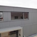 Hybridbau - Fassade mit Faserzementplatten mit farblichen Akzenten