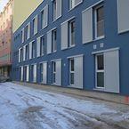 Hybridgebäude mit blauer Putzfassade