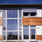 Detail Treppenhaus mit großflächiger Glasfassade