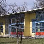Großflächige Glasfronten der vier Gruppenräume