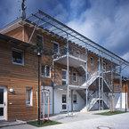 Mehrfamilienhaus in Grünwald - freistehender Treppenaufgang mit Glasdach