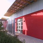 Heinrich Kirchner Schule in Erlangen - Raumodule mit roter Putzfassade