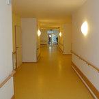 Senioren- und Pflegeheim Gut Schwaigwall in Geretsried - Flur mit Übergang zu Bestandsgebäude