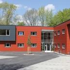 Holz-Hybridbau mit farbigen Fassadenplatten