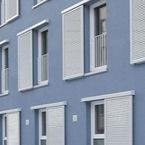 Aussenansicht Hybridgebäude mit blauer Putzfassade